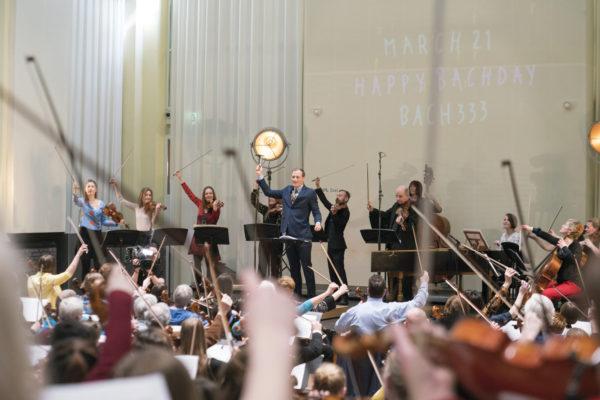 Nederland, Amsterdam,   18 maart 2018 Bach333: 333 musici spelen Bach in de Majellakoepel, Podium Witteman. 333 musici die allemaal hetzelfde muziekstuk van Bach spelen. Zondag speelt een ensemble van het Nederlands Kamerorkest, aangevuld met Rosanne Philippens (viool) en Quirine Viersen (cello), en (amateur)musici in het tv-programma Podium Witteman.  foto: Elmer van der Marel
